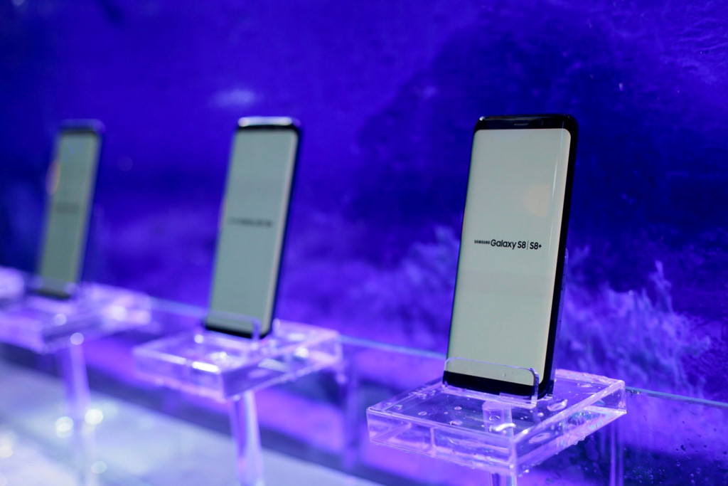 Anh thuc te Samsung Galaxy S8/S8+ va loat phu kien hap dan vua ve VN hinh anh 1