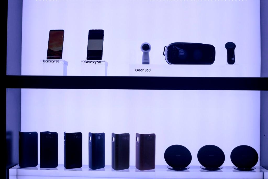 Anh thuc te Samsung Galaxy S8/S8+ va loat phu kien hap dan vua ve VN hinh anh 12