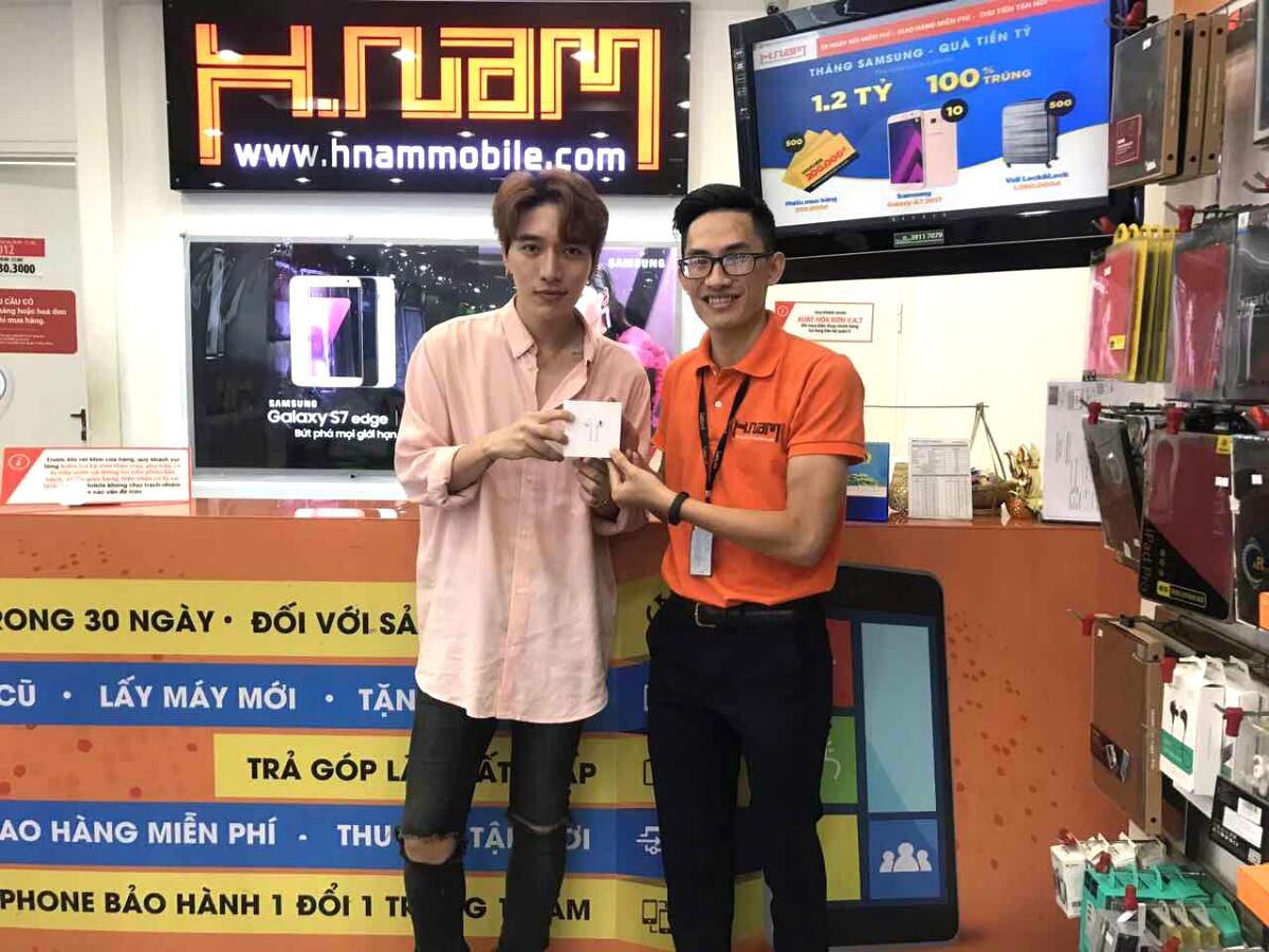 Hình ảnh người nổi tiếng đến Hnam Mobile mua sắm hình 4