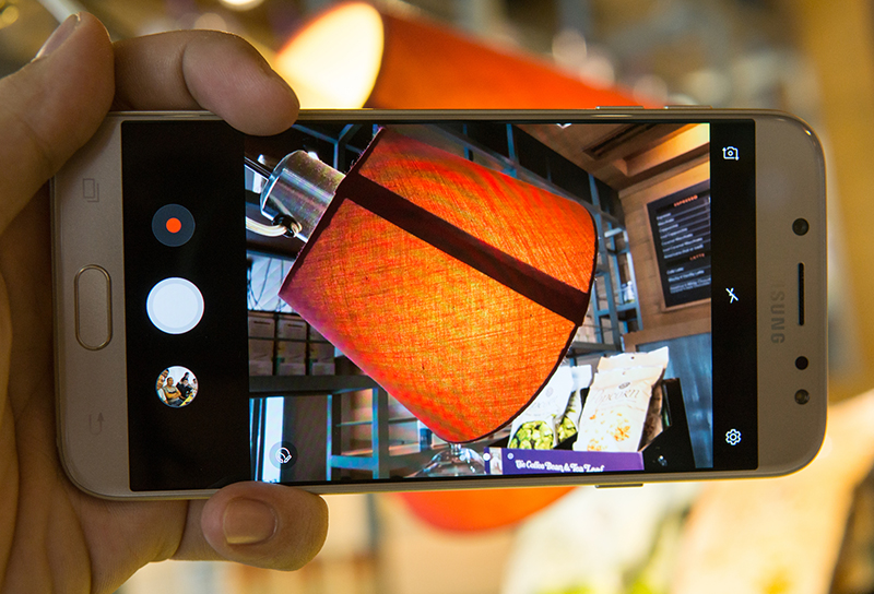 Đánh giá Samsung Galaxy J7 Pro: đẳng cấp ở thiết kế, chinh phục bóng tối với camera f1.7 hình 4