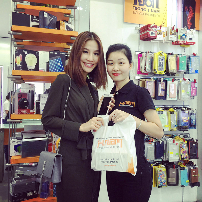 Hình ảnh người nổi tiếng đến Hnam Mobile mua sắm hình 5