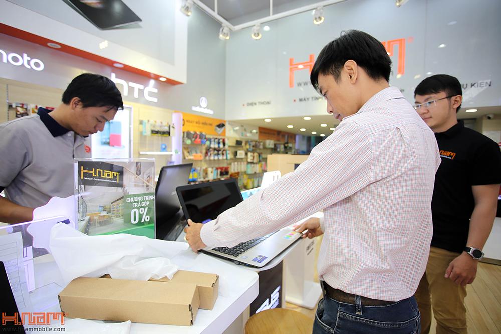 Trao thưởng 4 laptop Asus trị giá 45 triệu cho các khách hàng mua điện thoại Asus ZenFone 4 Max Pro hình 8