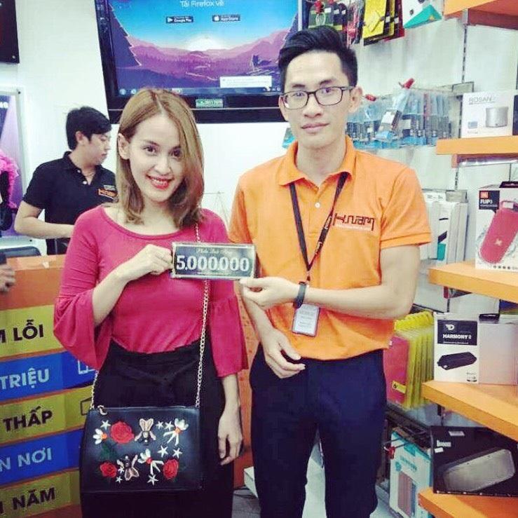 Hình ảnh người nổi tiếng đến Hnam Mobile mua sắm hình 2