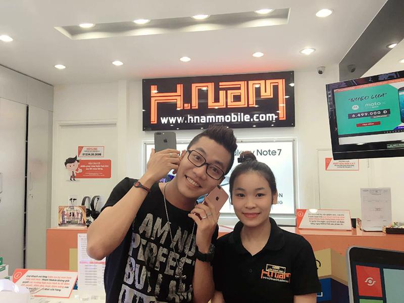 Hình ảnh người nổi tiếng đến Hnam Mobile mua sắm hình 9