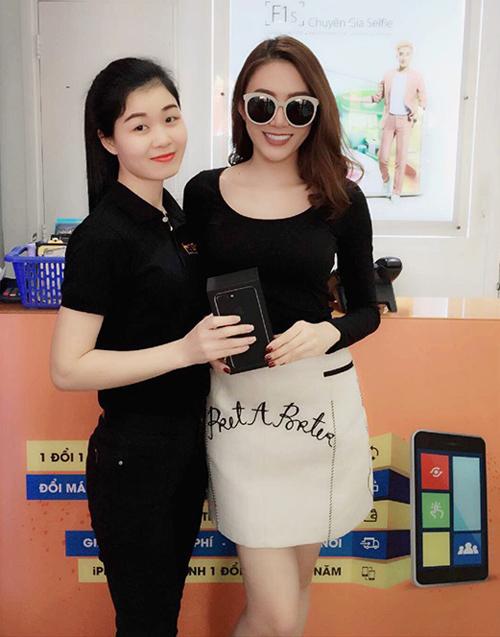 Hình ảnh người nổi tiếng đến Hnam Mobile mua sắm hình 7