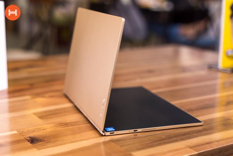 Mở hộp Lenovo Yoga Book: Thiết kế tablet lai laptop, bàn vẻ cảm ứng lực thích hợp cho họa sĩ. hình 14