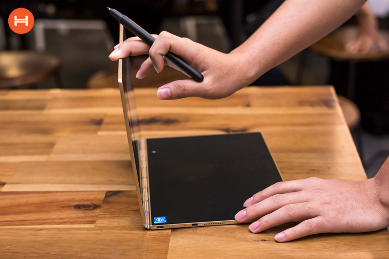 Mở hộp Lenovo Yoga Book: Thiết kế tablet lai laptop, bàn vẻ cảm ứng lực thích hợp cho họa sĩ. hình 23