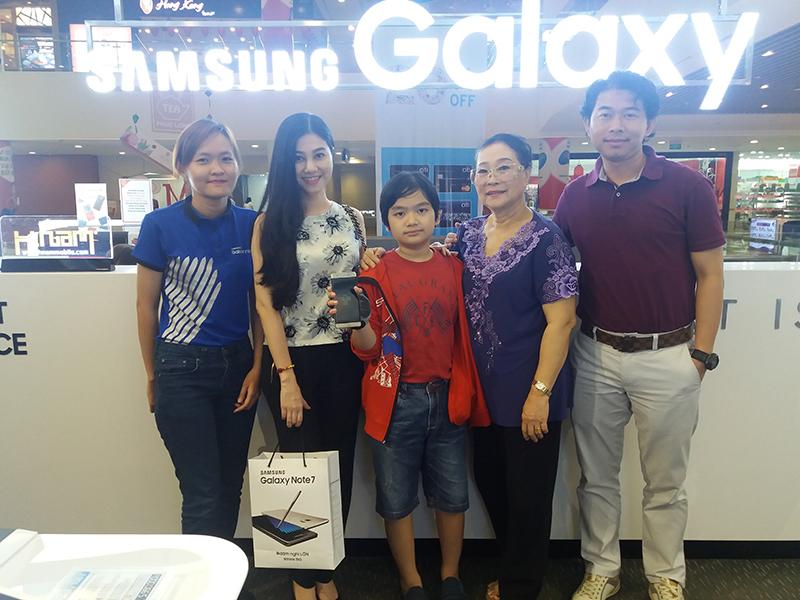 Hình ảnh người nổi tiếng đến Hnam Mobile mua sắm hình 11