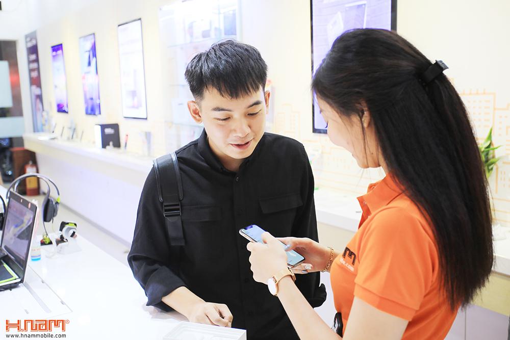 Hot Vlogger Phở Đặc Biệt mua iPhone X đầu tiên tại Hnam Mobile hình 2