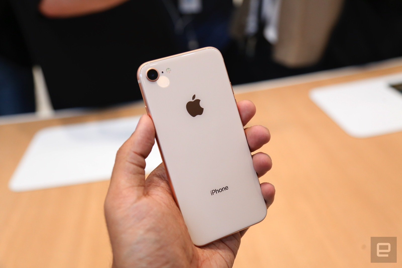 Trên tay iPhone 8 và 8 Plus: Thiết kế cũ nhưng trẻ trung hơn, cấu hình mạnh hơn hình 3