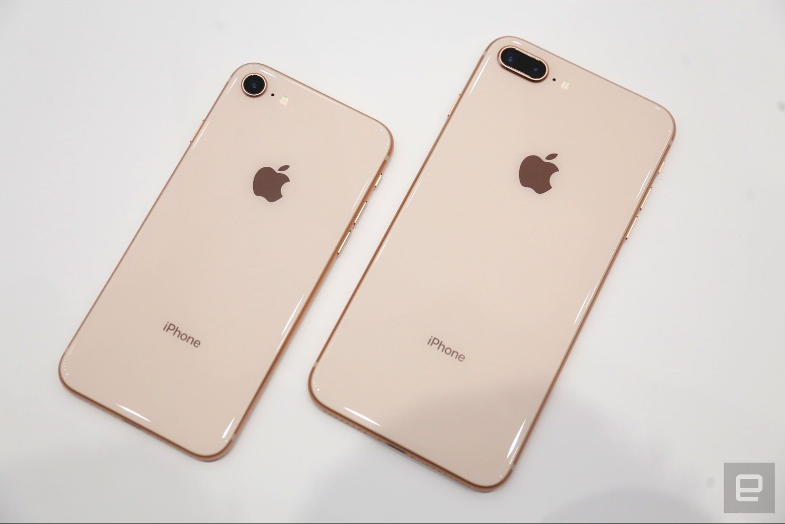 Trên tay iPhone 8 và 8 Plus: Thiết kế cũ nhưng trẻ trung hơn, cấu hình mạnh hơn hình 1