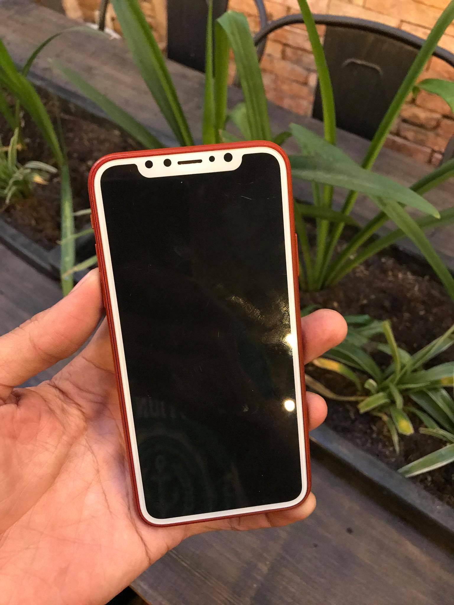 Trên tay mô hình và ốp lưng iPhone 8 màu đỏ tại Việt Nam hình 2