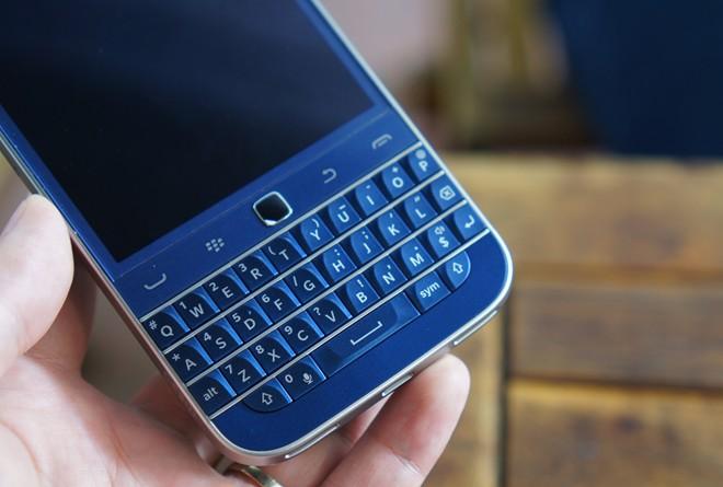 Cận cảnh điện thoại BlackBerry Classic xanh cobalt