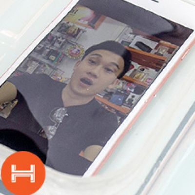 Ca sĩ Dương Triệu Vũ thử nước iPhone 7 Plus mới mua tại Hnammobile.