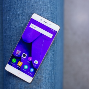 Đập hộp Nubia Z11: Smartphone không cạnh viền, chạy chip Snapdragon 820.