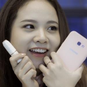 Điện thoại Samsung Galaxy A7 2017 màu hồng vàng cá tính dành cho phái nữ