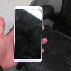 HTC One Max có nắp lưng tháo rời và cảm biến vân tay