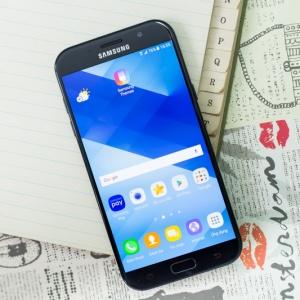 Trên tay Galaxy A7 (2017): Màu đen sang chảnh. Nâng cấp cổng USB-C, camera 16