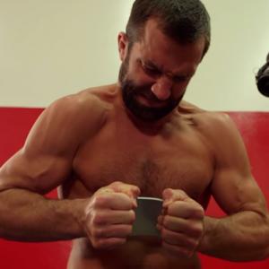 Video tay không bẻ cong Apple iphone 6S Plus của võ sĩ MMA