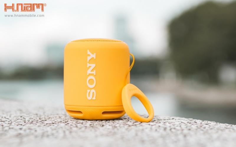 Với loa mini, bạn có thể đặt vào balo hoặc túi xách khi di chuyển