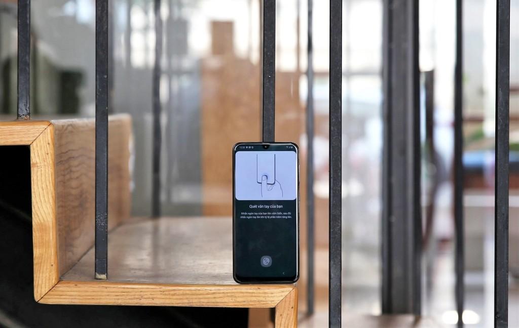 Trên tay Samsung Galaxy A50: vân tay dưới màn hình, 3 camera sau, pin khủng hình 2