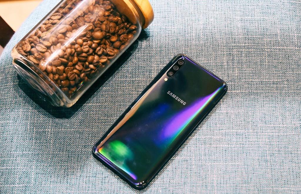 Trên tay Samsung Galaxy A50: vân tay dưới màn hình, 3 camera sau, pin khủng hình 3