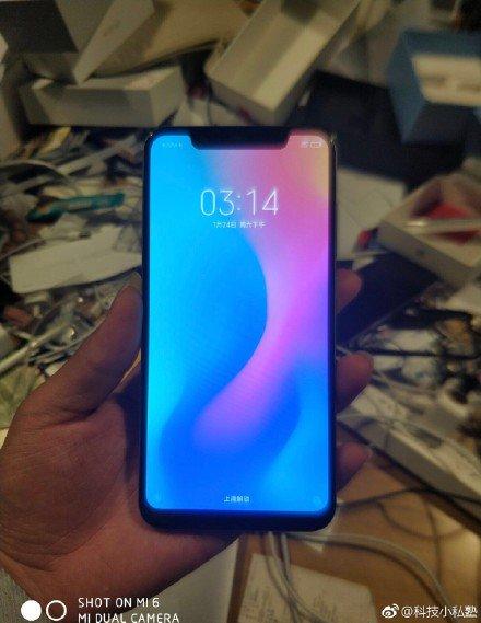 Xiaomi Mi 7 xuât hiện trên tay thực tế: Camera kép dọc, màn hình tai thỏ hình 3