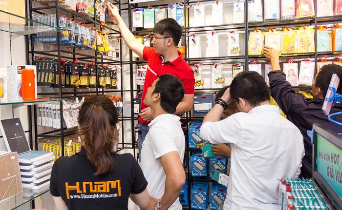 Khai trương Hnam Mobile 17 - cửa hàng chuyên bán Phụ kiện hot, giá vỉa hè