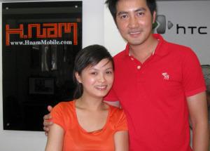 Ca sĩ Nguyễn Phi Hùng, Quang Vinh đến Hnam Mobile mua sắm.