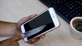 Dùng mũi dao, đầu kéo test độ bền miếng dán cường lực iPhone