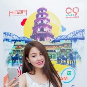 """Hé lộ ảnh hậu trường chụp quảng cáo """"Selfie cùng Hnam"""""""