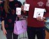 Hình ảnh khách hàng nhận Cặp ly sứ đặc biệt ngày Lễ tình nhận tại Hnam Mobile
