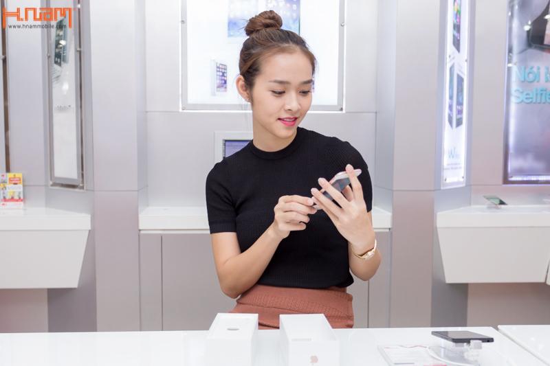 Hot girl Diệp Bảo Ngọc sắm iPhone 6S vàng hồng đầu tiên tại Hnam Mobile