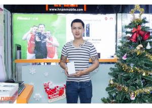 Khách hàng trúng giải iPhone 6 tại Hnam Mobile