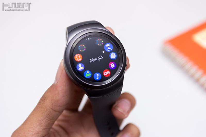 Khui hộp đồng hồ thông minh Gear S2 của Samsung - mặt tròn, màn hình AMOLED, dễ sử dụng.
