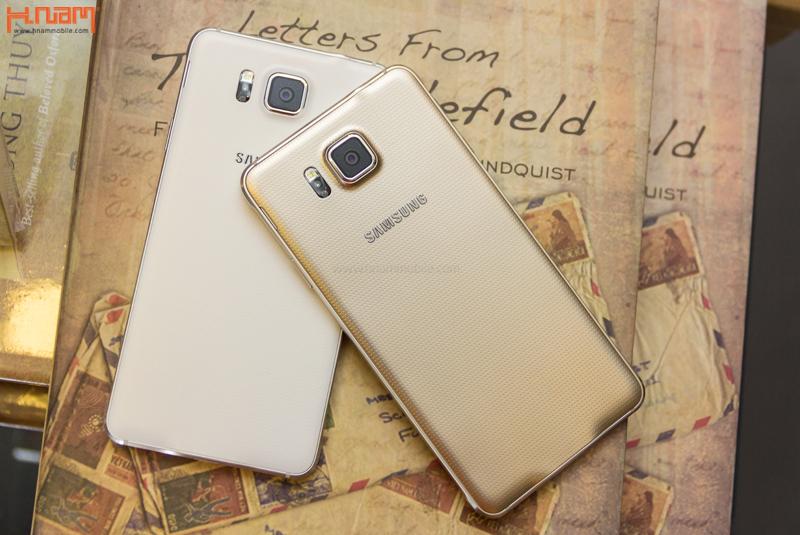 Khui hộp Galaxy Alpha viền nhôm tại Hnam Mobile.