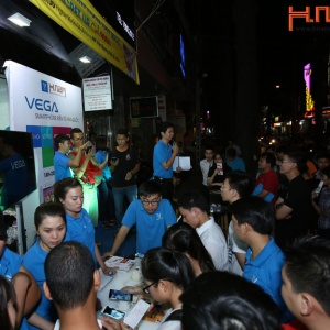 """Chạm Vào Bí Mật"""" – Hàng trăm khách hàng Hnam Mobile nhận quà mỏi tay"""