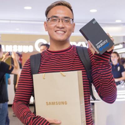 Chính thức mở bán Galaxy S7 & S7 Edge, hàng trăm người xếp hàng chờ mua