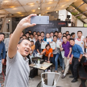 Giới trẻ Sài Gòn háo hức selfie tại Offline trải nghiệm HTC One A9