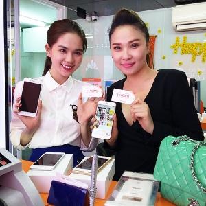 Hình ảnh người nổi tiếng đến Hnam Mobile mua sắm 2015