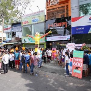 Khai trương Hnam Mobile thứ 13 - Hàng trăm người xếp hàng chờ mua
